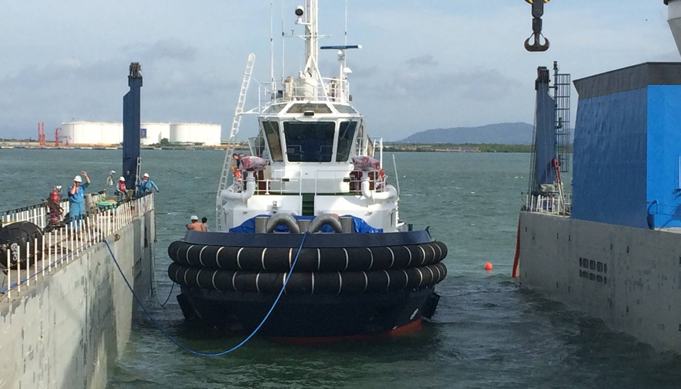 Tug boat loading onto Flo Flo vessel